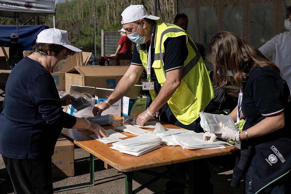 Volontari e 200 dipendenti comunali, per la distribuzione delle mascherine, 8 aprile 2020