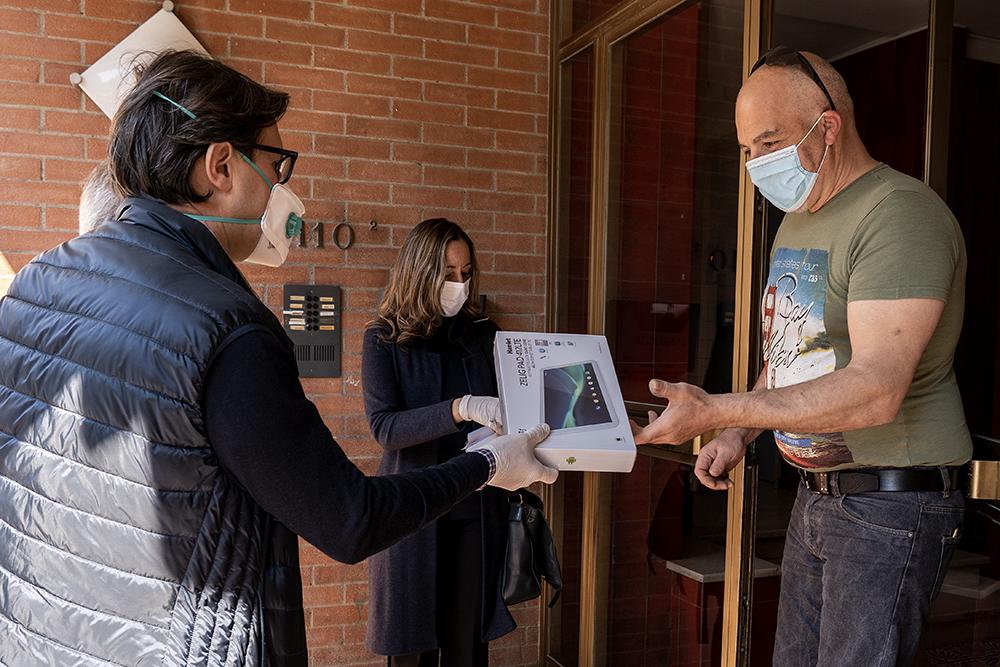Consegna a domicilio di 280 tablet per i ragazzi di 24 istituti fiorentini, 11 aprile 2020