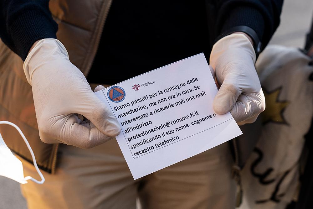 Consegna delle mascherine porta a porta con i volontari della Protezione Civile, 6 aprile 2020