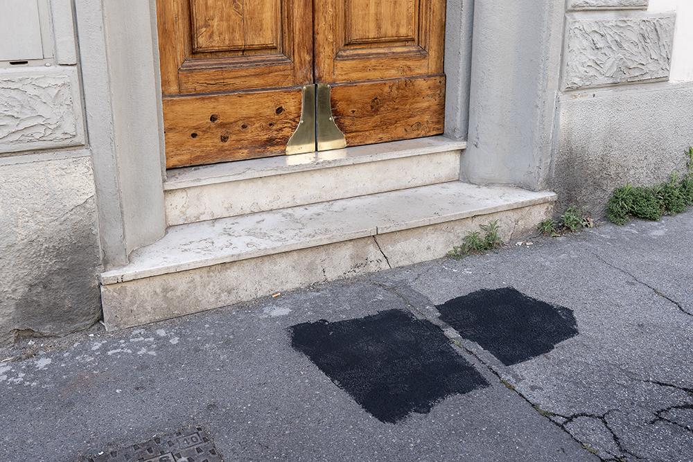 Atto vergognoso, una svastica davanti alla casa di una famiglia ebraica, 29 maggio 2020