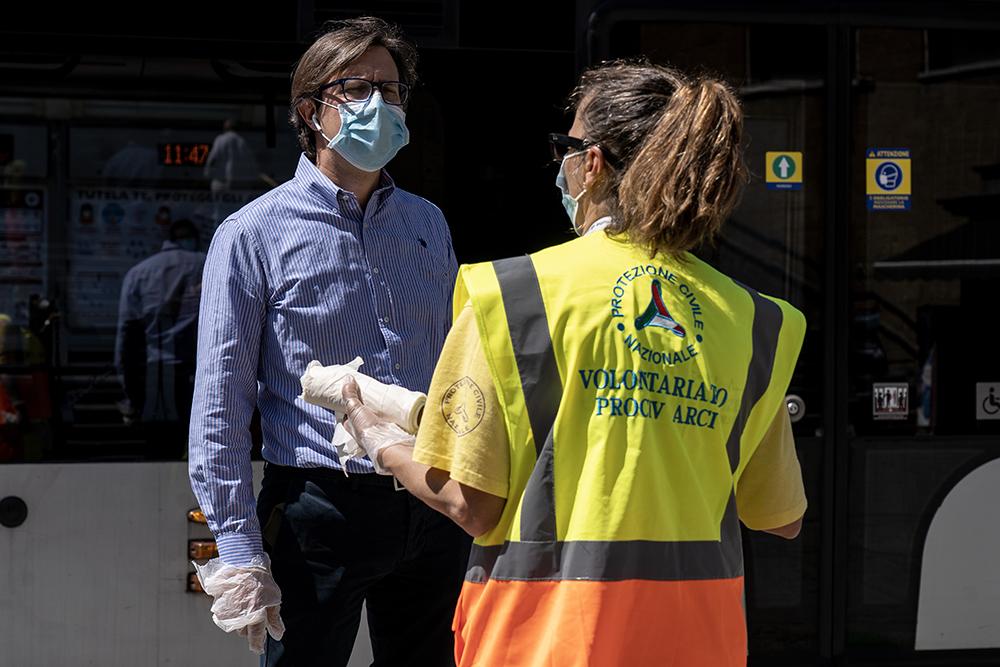 Consegna gratuita guanti alle fermate della tranvia con la Protezione Civile, 8 maggio 2020