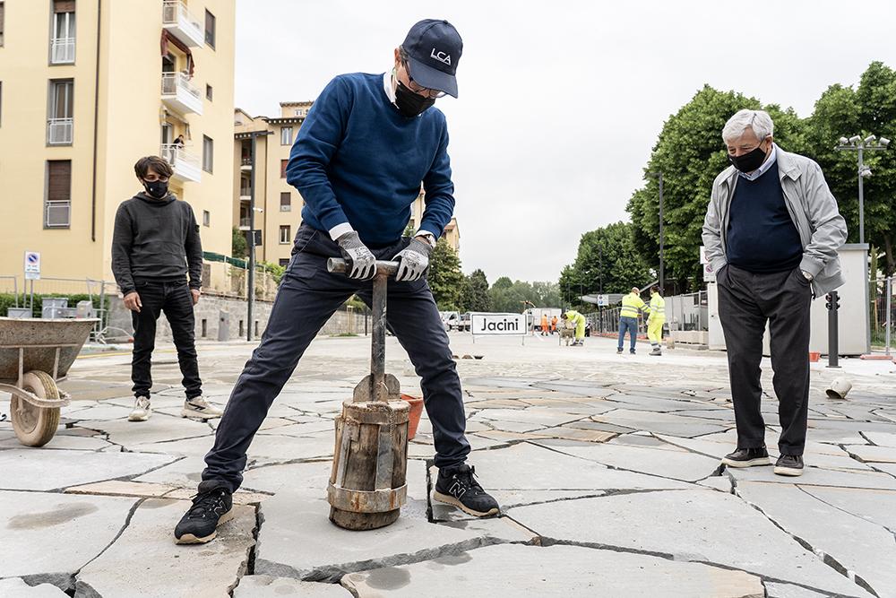 Posa dell'ultima pietra in piazza dell'Isolotto, 11 maggio 2021