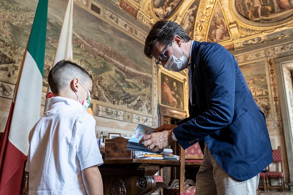 In visita a Palazzo Vecchio Jacopo che ha deciso di regalare i suoi giochi a chi non può permetterseli, 8 luglio 2021